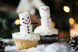Cupcakes with marshmallow snowmen.